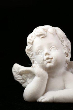 Photo pour Gros plan du petit ange sur fond noir - image libre de droit