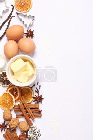 Photo pour Ustensiles de cuisson, épices et ingrédients alimentaires sur fond blanc avec espace de copie . - image libre de droit