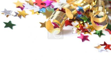 Photo pour Flûtes dorées et étoiles confettis sur fond blanc . - image libre de droit