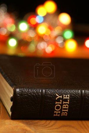 Photo pour Fond de vacances avec des lumières floues et la Bible - image libre de droit