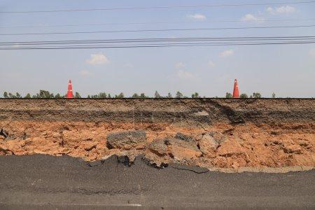 Photo pour Couche d'asphalte fissuré - image libre de droit