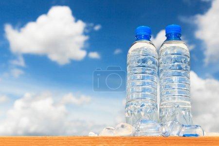 Photo pour Bouteilles d'eau avec un ciel bleu - image libre de droit