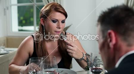 Mladý pár s romantickou večeři v restauraci fency
