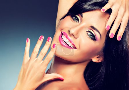 Photo pour Belle femme brune possédant les mêmes caractéristiques modernes montrant sa manucure rose - image libre de droit