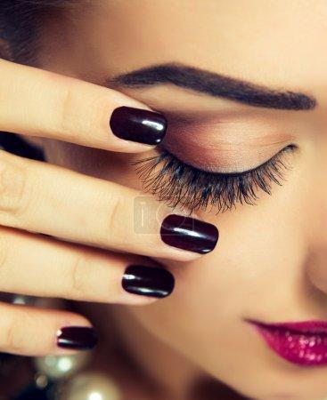 Photo pour Close-up portrait de belle femme avec la fermeture des yeux et maquillage moderne et manucure - image libre de droit