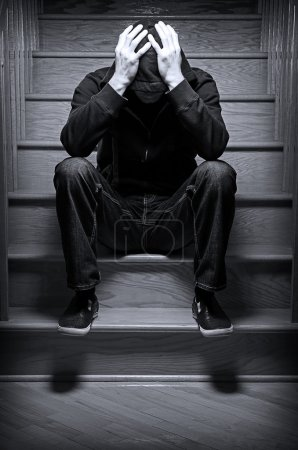 Photo pour Image d'une personne siégeant seul sur un escalier - image libre de droit