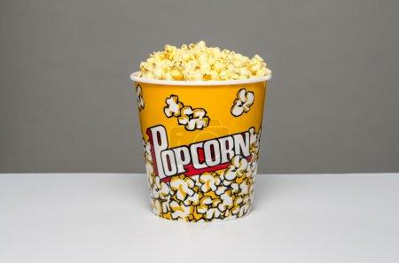 Photo pour Image d'un grand seau de pop-corn - image libre de droit