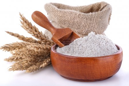 Photo pour Bol et cuillère à café avec de la farine composée de céréales à grains entiers (Multi grain ) - image libre de droit