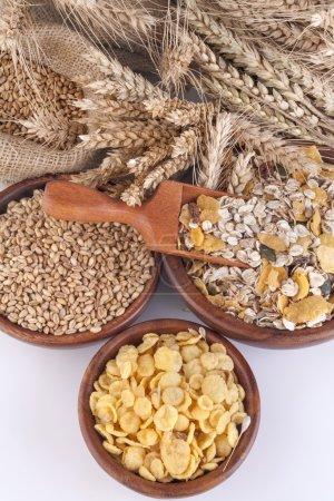 Photo pour Muesli, flocons de maïs et blé mûr comme illustration d'aliments sains - image libre de droit