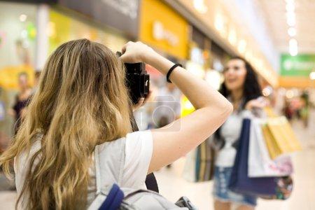 Photo pour Modèle de fille photographe shoot dans centre commercial - image libre de droit