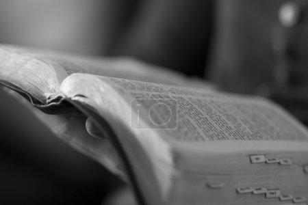 Photo pour Gros plan d'une chrétienne lisant la Bible. - image libre de droit