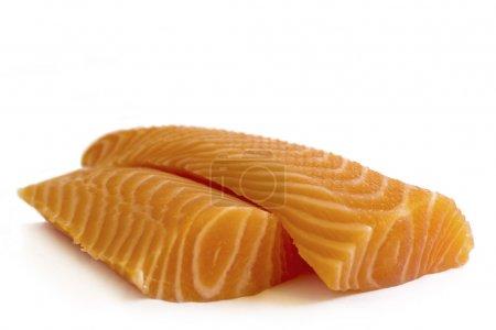 Photo pour Deux tranches de saumon sauvage sur fond blanc. Le saumon est le nom commun de plusieurs espèces de poissons de la famille des Salmonidés. . - image libre de droit