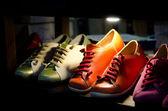 Různé barevné kožené boty v obchodě