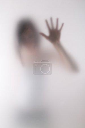 Photo pour Image émotionnelle de la femme posant derrière le verre de lait - image libre de droit