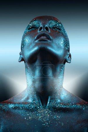 Photo pour Fille avec néon scintillement sur le corps. - image libre de droit