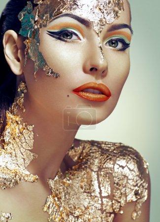 Photo pour Femme décorée avec feuille d'or - image libre de droit