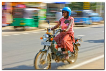 Photo pour Femme de transport Sri lanka débarrasser un vélo - image libre de droit
