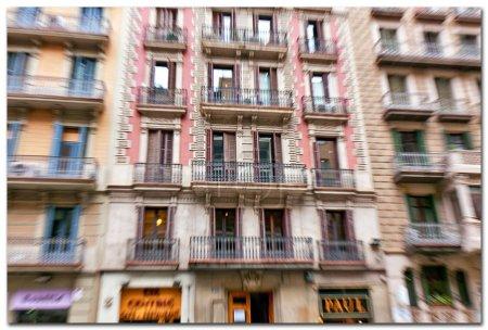 Photo pour La maison d'habitation à plusieurs étages avec beaucoup de fenêtres closeup - image libre de droit