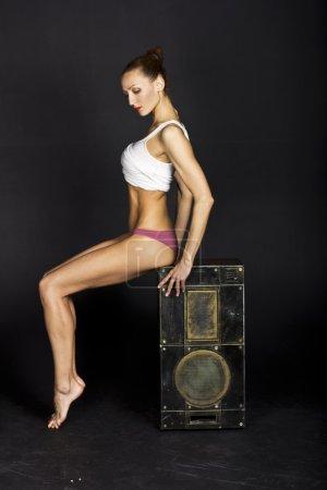 Photo pour Sexy danseuse mince avec de longues jambes dans l'image - image libre de droit