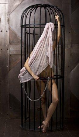 Photo pour Sexy fille mince devant un miroir dans le noir - image libre de droit
