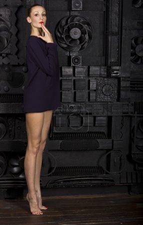 Photo pour Sexy fille mince devant un miroir dans l'obscurité - image libre de droit
