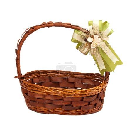 Photo pour Panier en osier avec arc cadeau isolé sur fond blanc - image libre de droit