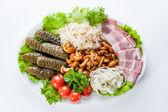 Rozmanité občerstvení. okurky, rajčata, slaninu a žampiony