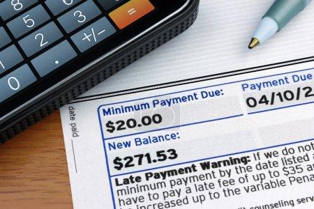 Foto de Una declaración de tarjeta de crédito con pago mínimo debido. - Imagen libre de derechos