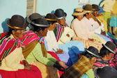 Starší ženy ajmarština sledovat tradiční tanec na každoroční festival morenada na isla del sol, jezero titicaca, Bolívie