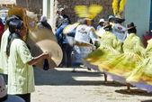 Ajmarština žena hraje činely na festivalu morenada na isla del sol, jezero titicaca, Bolívie