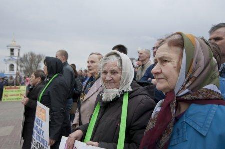 Photo pour Des femmes âgées non identifiées participent à une réunion contre le développement dans la région de Voronej les plus grands gisements européens de nickel, le 21 avril 2013 à Voronej, Russie . - image libre de droit