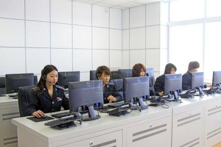 Foto de LUANNAN - 2 DE ABRIL: Vestidos con uniformes de mujeres, los administradores estaban ocupados trabajando en un departamento de tráfico de la ciudad el 2 de abril de 2013, en el condado de Luannan, provincia de Hebei, China - Imagen libre de derechos