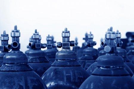 Photo pour Bouteille d'oxygène industriel à haute pression en usine - image libre de droit