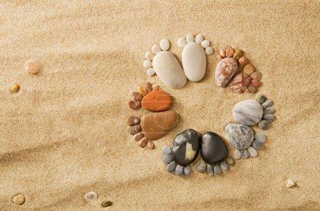 Photo pour Pierre disposée comme des empreintes de pas sur la plage - image libre de droit