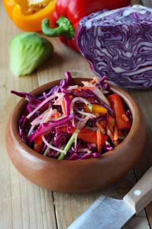 Photo pour Salade crue de chou violet sur table rustique en bois - image libre de droit