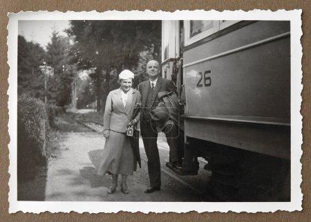 Photo pour Vieille photo montre le moment où les ancêtres vont à la promenade en train - image libre de droit