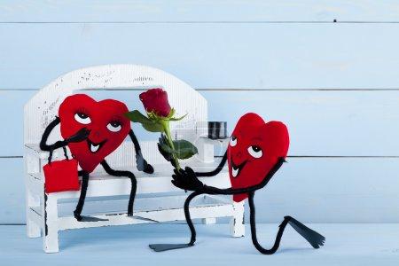 Photo pour Saint-Valentin. Deux cœurs amoureux sur un banc . - image libre de droit