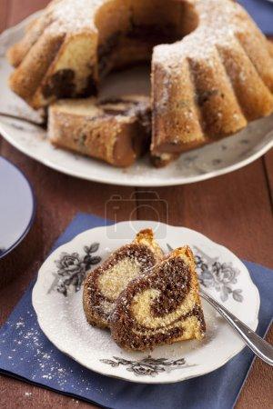 Photo pour Gâteau anneau de marbre avec un sucre de ricin et une casquette de café - se concentrer sur un morceau de gâteau - image libre de droit