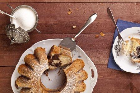 Photo pour Gâteau anneau de marbre avec un sucre de ricin et une casquette de café - image libre de droit