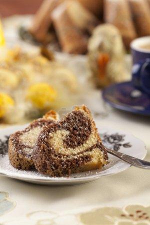 Photo pour Gâteau anneau de marbre de Pâques avec une casquette de café - se concentrer sur un morceau de gâteau - image libre de droit