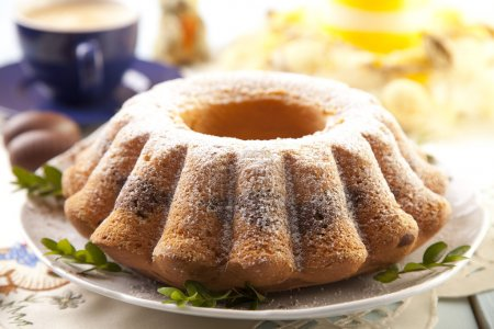 Photo pour Anneau en marbre de Pâques gâteau avec une casquette de café - image libre de droit