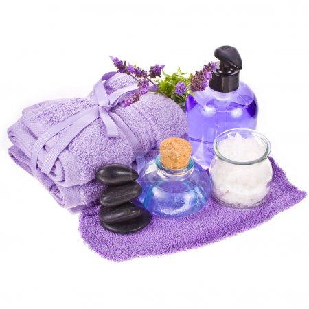 Photo pour Concept spa - serviettes et fleurs de lavande et pierres isolées sur fond blanc - image libre de droit