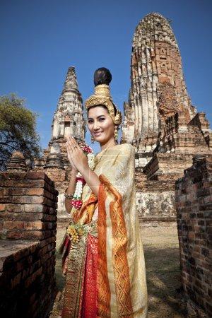 Photo pour Femme typique danse thaïlandaise avec fond de temple de style thaï, identité culture de la Thaïlande - image libre de droit