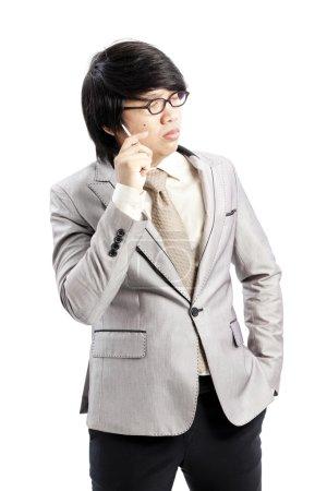 Portrait de jeune homme d'affaires bien pensé, isolé sur fond blanc
