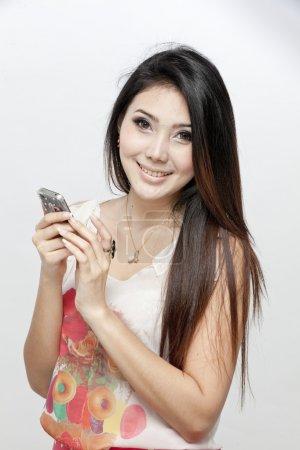 Photo pour Une photo d'une femme asiatique en utilisant le téléphone - image libre de droit