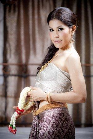 Photo pour Superbe femme asiatique en robe thaïlandais - image libre de droit