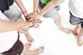 Asijské děti ruce společně na bílém pozadí