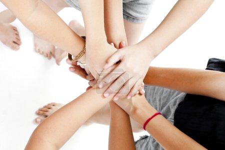 Photo pour Les mains des enfants asiatiques ensemble sur un fond blanc - image libre de droit