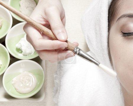 Photo pour Spa du visage. brosse, crème aux herbes - image libre de droit