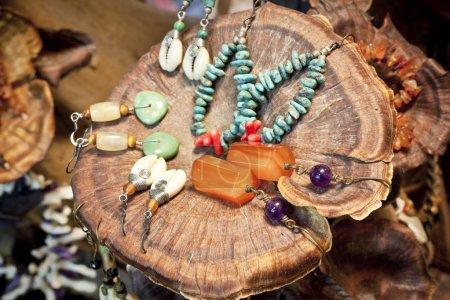 Photo pour Gros plan sur différents accessoires pour femmes - boucles d'oreilles sur coquilles - image libre de droit